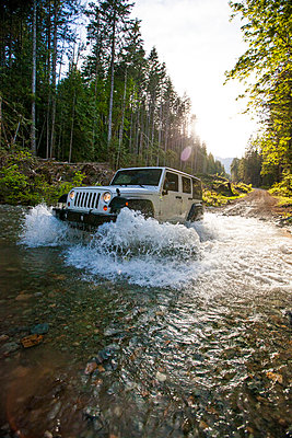 4x4 vehicle driving through river in British Columbia. - p1166m2088124 by Cavan Images