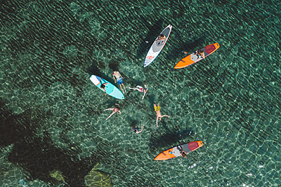 Young people have fun stand up paddling - p1437m2283285 by Achim Bunz