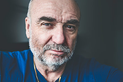 Portrait of bearded senior man - p300m2240480 by Frank Röder