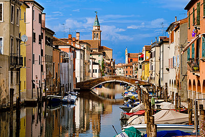 Italy, Province of Venice, Chioggia, houses at channel - p300m975067f by Andreas Poschmann