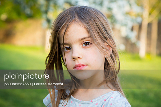 Portrait of little girl in the garden - p300m1587559 von Larissa Veronesi