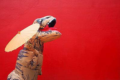 Dinosaurier mit Sonnenschirm - p045m2013585 von Jasmin Sander