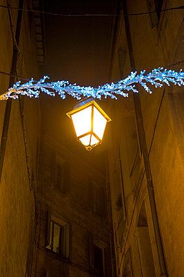 Street lantern with Christmas decoration - p1170m967824 by Bjanka Kadic