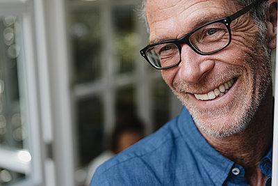 Portrait of mature man with designer stubble - p586m2134734 by Kniel Synnatzschke