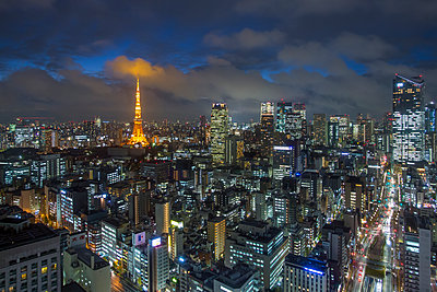 Elevated night view of the city skyline and iconic illuminated Tokyo Tower, Tokyo, Japan, Asia - p871m1499958 by Gavin Hellier