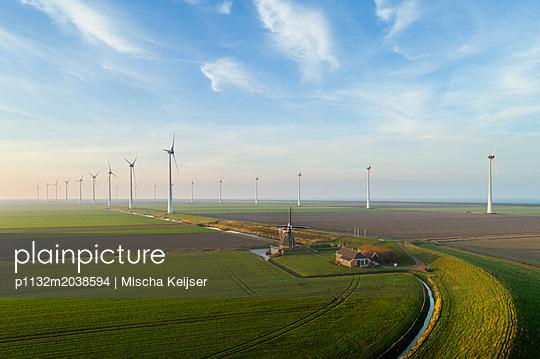 Bauernhof und Windpark - p1132m2038594 von Mischa Keijser