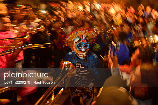 People participating in comparsas (street dances) during the Day of The Dead Celebration, Oaxaca City, Oaxaca, Mexico, North America - p871m2209278 by Raul Touzon