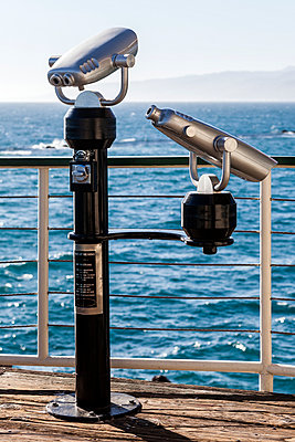 Coin-operated binoculars looking out on a rough sea - p1094m971500 by Patrick Strattner