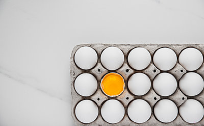 Overhead view of egg carton on table - p1166m2001058 by Cavan Images
