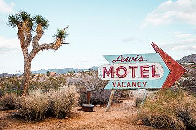 USA, California, Joshua Tree, old motel sign - p300m1535202 by Valentin Weinhäupl