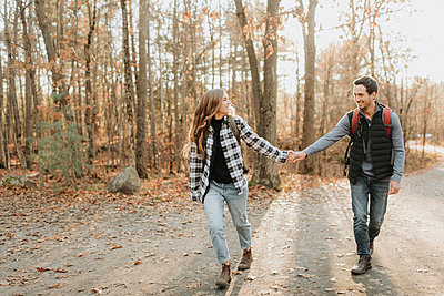 Young couple holding hands during autumn hike - p300m2241173 by Sara Monika