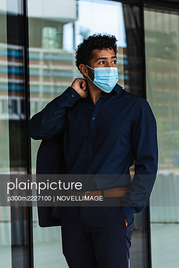 Entrepreneur wearing protective face mask in city - p300m2227100 by NOVELLIMAGE