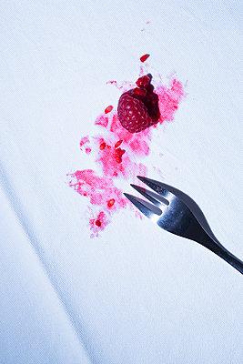 Smeared raspberry dessert - p1149m2142815 by Yvonne Röder