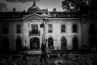 Partner acrobatics - p1295m2133578 by Katharina Bauer