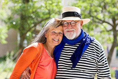Portrait of smiling senior couple - p312m695887 by Hans Bjurling