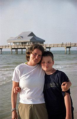 Mutter und Sohn Arm in Arm - p0170003 von Kathrin Stange