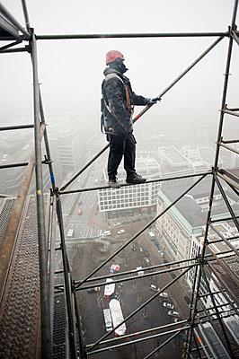Gerüstbauer bei Einrüstung der St. Nikolai-Kirche, Hamburg I - p1493m1584442 von Alexander Mertsch