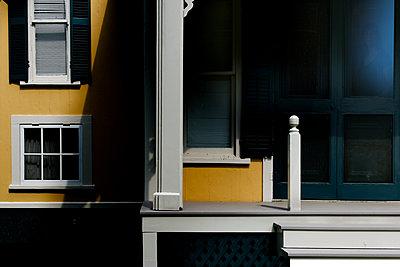 Gelbes Haus im Schatten - p1693m2291267 von Fran Forman