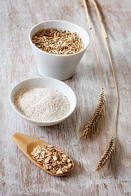 Rye ears, rye flakes, rye flour and rye grains - p300m1567927 by Eva Gruendemann