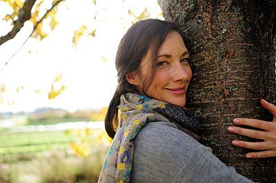 Portrait of woman tree hugging - p300m2155808 by Eyecatcher.pro