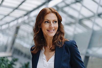 Portait of a confident businesswoman in a modern office building - p300m2156329 by Joseffson