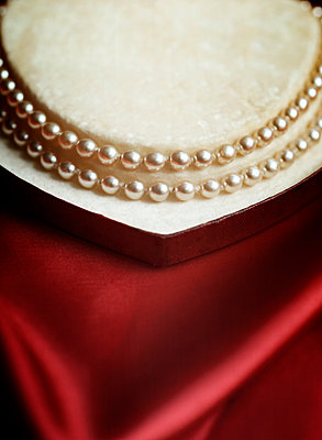 Close-Up of Pearls in Case - p694m2200715 by Novo Images