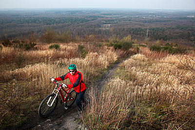 Mountainbike schieben - p902m900431 von Mölleken
