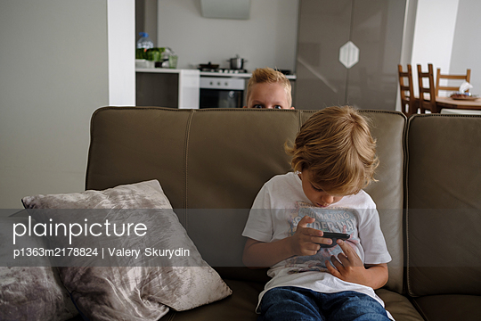 Boys are playing at home, Stay at home due to Covid-19 - p1363m2178824 by Valery Skurydin