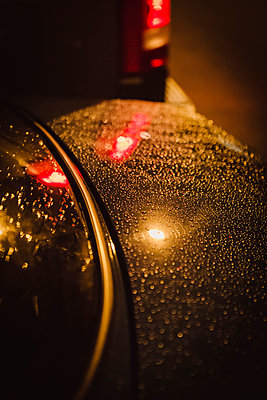 Car in rain - p1150m2021871 by Elise Ortiou Campion