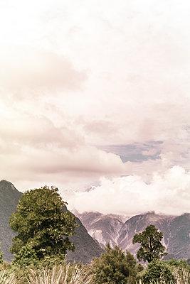 Berglandschaft unter einer Wolkendecke - p1255m1574968 von Kati Kalkamo