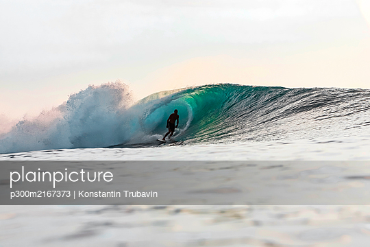 Surfer in the evening, Bali, Indonesia - p300m2167373 by Konstantin Trubavin