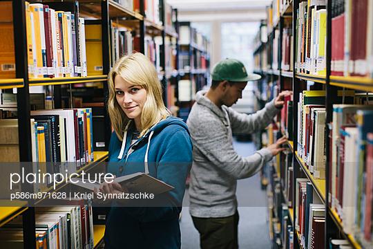 Junges Paar in der Bibliothek - p586m971628 von Kniel Synnatzschke