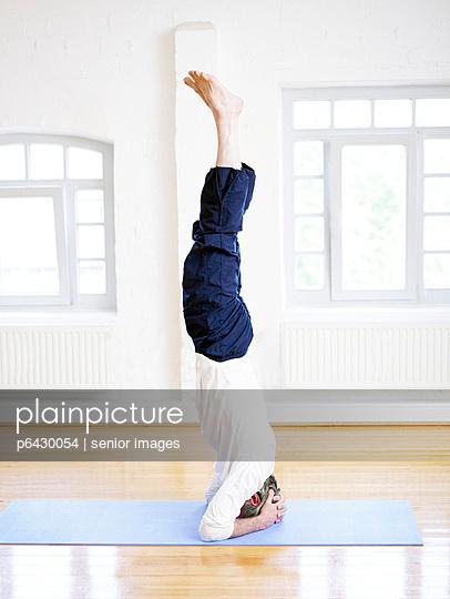 Mann beim Yoga  - p6430054 von senior images