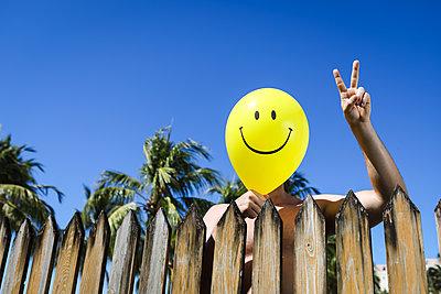 Smiley-Mann im Friedensmodus - p045m2142177 von Jasmin Sander