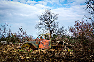 Rusty car wreck in the countryside - p813m1131949 by B.Jaubert