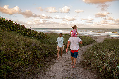 Family walking on coastal path, Blowing Rocks Preserve, Jupiter, Florida, USA - p924m1230166 by Kinzie Riehm