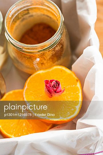 Kiste mit Orangen  - p1301m1216978 von Delia Baum