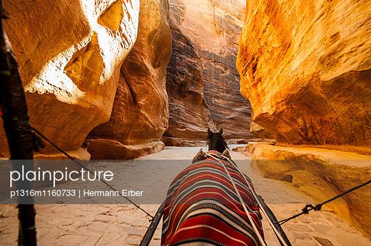 Pferdekutsche im Siq, Petra, Jordanien, Naher Osten - p1316m1160733 von Hermann Erber