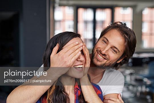 Paar zu Hause - p276m2099317 von plainpicture
