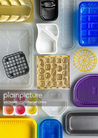 Arrangement of packaging II - p509m881237 by Reiner Ohms