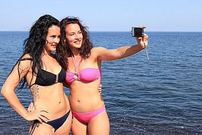 Junge Frauen am Strand - p0452357 von Jasmin Sander