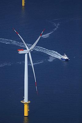Offshore windanlage 'Riffgat' vor Borkum - p1016m907549 von Jochen Knobloch