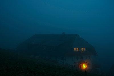 Bauernhaus im Dunkeln - p1312m2087532 von Axel Killian