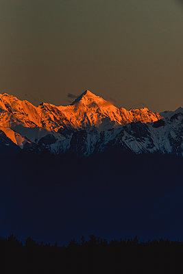 Bergkette wird während dem Sonnenuntergang  von der Sonne angestrahlt - p1455m2203789 von Ingmar Wein
