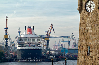 Queen Mary 2 - p229m1152618 by Martin Langer