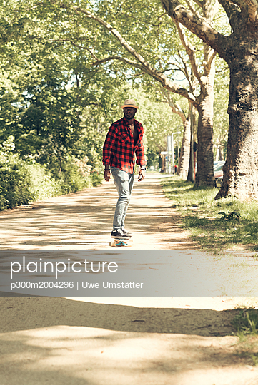 Cool young man skateboarding in park - p300m2004296 von Uwe Umstätter