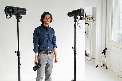 Portrait of a photographer in his studio - p300m2143967 by Giorgio Fochesato