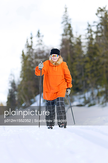 plainpicture | Photo library for authentic images - plainpicture p312m1552352 - Senior womanåÊcross-country... - plainpicture/Johner/Scandinav Images