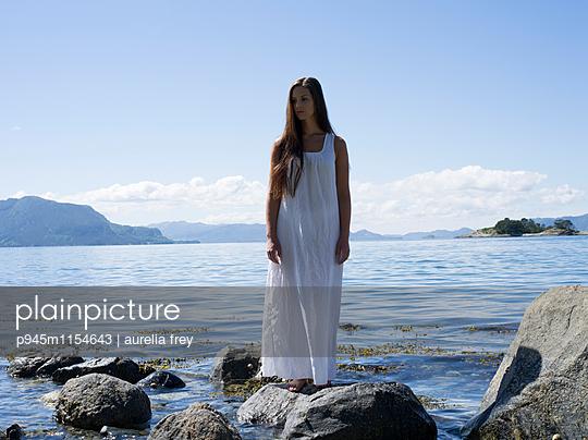 Junge Frau in weißem Kleid am Strand - p945m1154643 von aurelia frey
