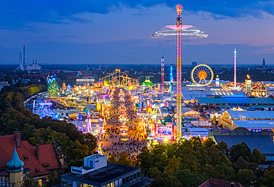 Germany, Bavaria, Munich, View of Oktoberfest fair on Theresienwiese in the evening - p300m1535405 by Martin Siepmann